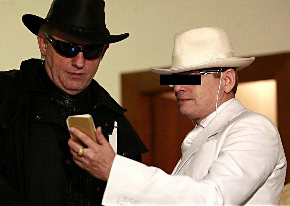Údajný šlechtic Karel Š. (vpravo v bílém) si v březnu 2015 vyslechl rozsudek.