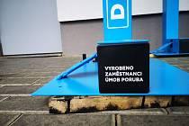 Zaměstnanci odboru technických služeb a zeleně porubské radnice vyrobili dezinfekční stojany.