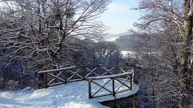 Procházka kolem zasněženého zámku a jeho okolí v Hradci nad Moravicí.