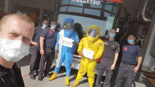 Ostravští hasiči natočili propagační video Rouška je sexy.