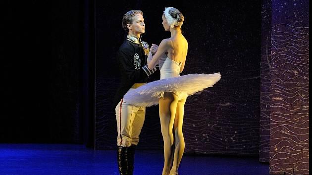 BARBORA KAUFMANNOVÁ (Odetta) a Jan Krejčíř (Siegfried) v baletu Labutí jezero.