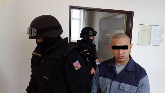 Mladého násilníka čeká sedmiletý pobyt za mřížemi (na snímku z jednání u ostravského soudu, kam jej přivedla ozbrojená eskorta).