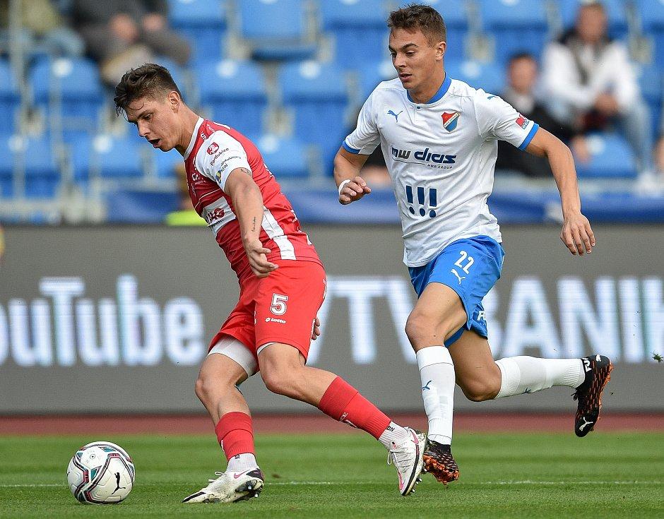 Utkání 4. kola první fotbalové ligy: FC Baník Ostrava - FK Pardubice, 19. září 2020 v Ostravě. (zleva) Jiří Sláma z Pardubice a Filip Kaloč z Ostravy.