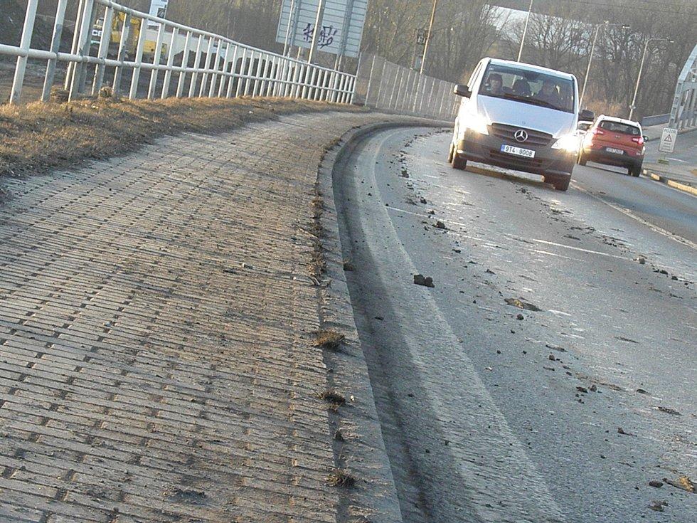 I přes různá opatření se na Hlučínské ulici, kam vyjíždějí auta ze staveniště, objevuje bahno. Snímek byl pořízen v pátek 9. března odpoledne.
