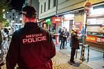 Stodolní ulice v Ostravě. Policie kontroluje uzavření restaurací a barů.