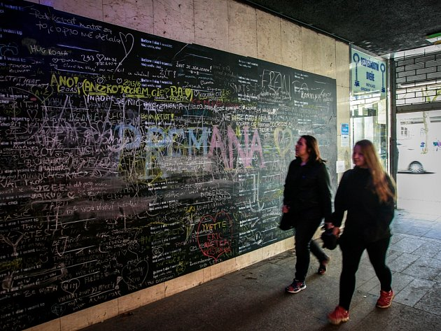 Zeď v průchodu nedaleko bývalého kina Elektra, který spojuje Nádražní a Jurečkovu ulici.