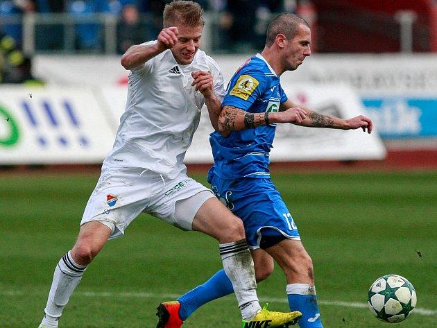 TOMÁŠ MIČOLA (na snímku v bílém) vstoupil do jarní sezony skvěle, když dvěma góly přispěl k důležité výhře Baníku nad Ústí nad Labem.