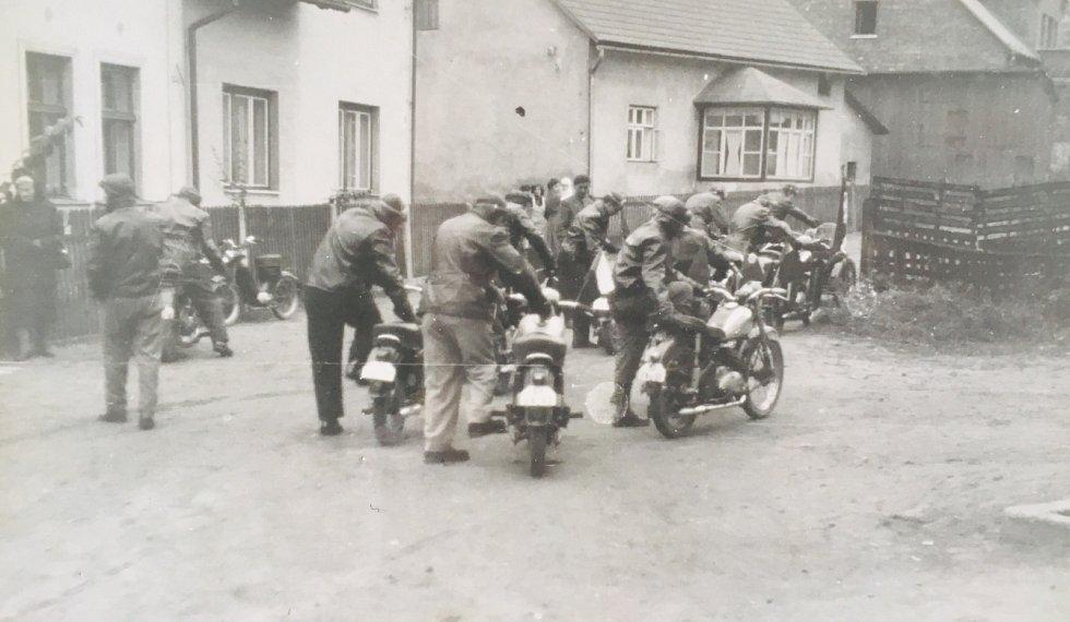Svazarm Hošťálkovice pořádal 6. listopadu 1958, v den výročí Velké říjnové socialistické revoluce, Štafetu družby a míru. Snímek pochází z ulice Rynky u dnešní radnice.