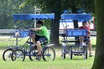 Ostravská rikša připomíná spíše čtyřkolo do kterého se snadno naskládá pětičlenná rodina.