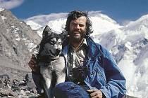Leoš Šimánke se narodil v roce 1946 v Chocni ve východních Čechách. Více než polovinu svého života strávil cestováním a na expedicích nebo žil v Německu a Kanadě.