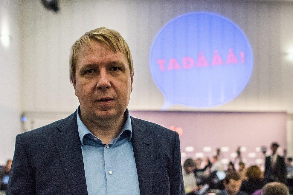 Aleš Juchelka při sledování výsledků parlamentních voleb v roce 2017 ve štábu ANO v Praze.