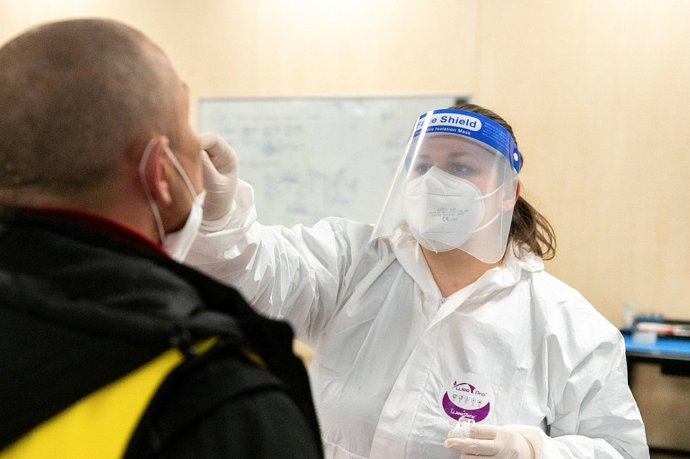 Povinné antigenní testování zaměstnanců na covid ve firmě Sungwoo Hitech s.r.o. v průmyslové zóně v Ostravě-Hrabové, březen 2021.