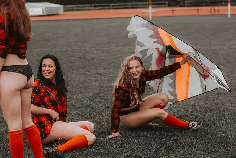 Tvrdý sport a krásné ženy, které ho hrají. Kalendáře s dívčím týmem Rugby Severní Morava mají již svou tradici. Snímek ze zákulisí focení kalendáře.