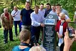 Nedaleko Slezkoostravského hradu byl ve středu 8. září 2021, přesně 99 let od založení fotbalového klubu Baníku Ostrava, odhalen pamětní kámen jako vzpomínka na jeho zakladatele. Na snímku v popředí současný šéf Baníku Václav Brabec.