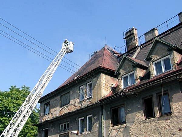 Hořela půda obytného domu v Ostravě-Hrušově