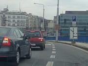 Objízdná trasa vede po Místecké ulici, avšak kvůli další rekonstrukci a zúžení jízdních pruhů se tvoří kolony i v centru Ostravy.