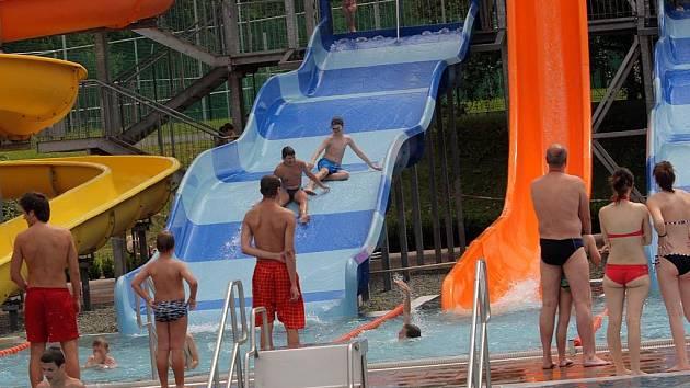Letní odpoledne ve Vodním areálu v Ostravě-Zábřehu. Tobogán bude mít příští rok i porubský bazén.
