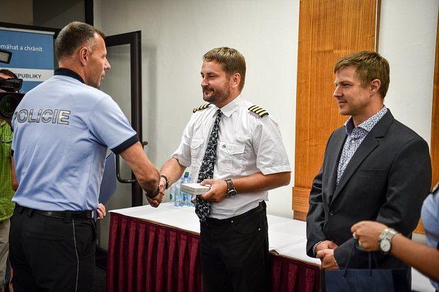 Vsouvislosti sprosincovou tragédií ředitel moravskoslezské policie Tomáš Kužel předal tento týden ocenění pilotovi záchranného vrtulníku Tomáši Škrabálkovi (vlevo) a záchranáři Petru Havrlantovi, kteří se podíleli na policejní akci.