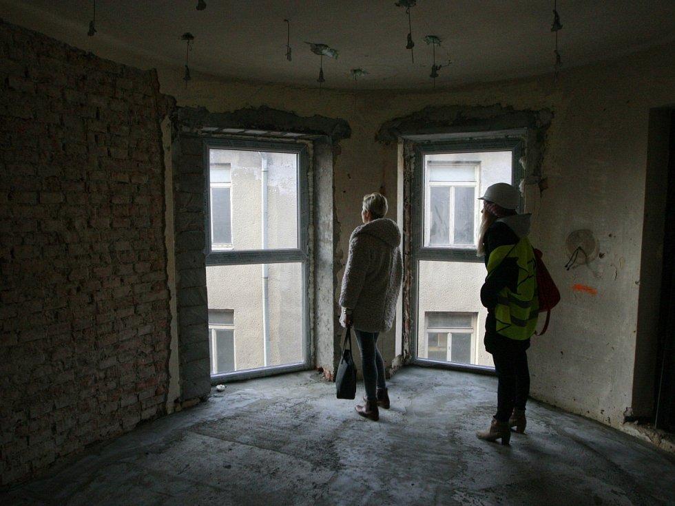 Příčky, vikýřová okna a zateplování. Přestavba chátrajících budov bývalého hotelu Palace v centru Ostravy na studentské koleje jede na plné obrátky.