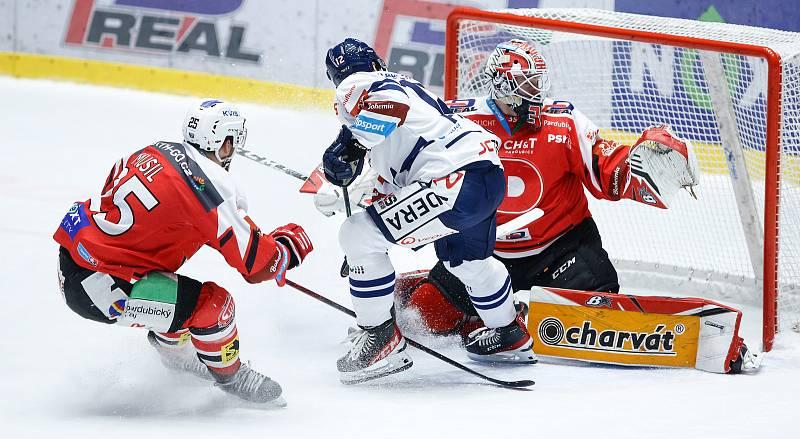 Hokejové utkání Tipsport extraligy v ledním hokeji mezi HC Dynamo Pardubice a HC Vítkovice Ridera (v bílomodrém) pardudubické Enterie areně.
