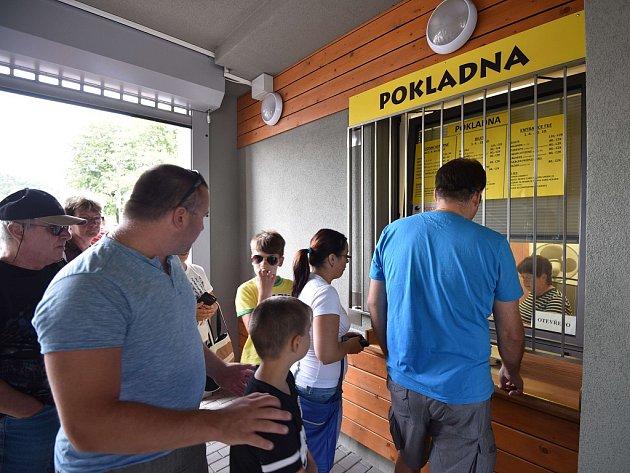 U pokladny ostravské zoo návštěvníci vstupné do areálu platební kartou nezaplatí. Proto je dobré mít s sebou vždy dostatek hotovosti.