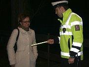 Policisté doporučují nosit reflexní pásky i v obci.