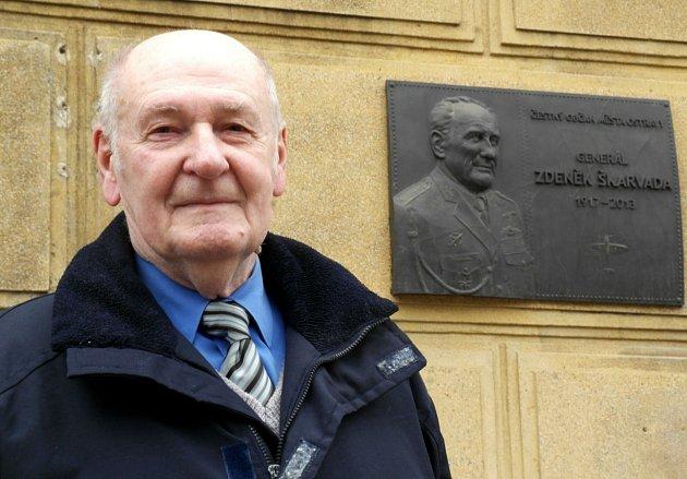 Letecký nadšenec Stanislav Vystavěl u pamětní desky na škole pojmenované po jeho kamarádovi brigádním generálu Zdeňku Škarvadovi.