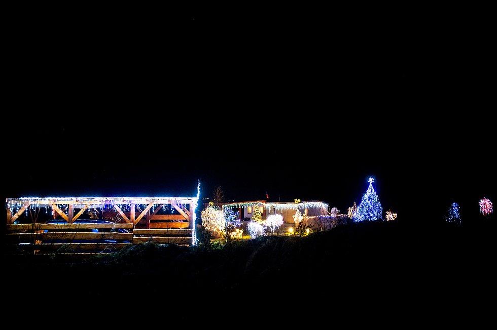 Vánoční výzdoba rodinného domu na ulici Společná ve Vřesině. 24. prosince 2020 v Ostravě.