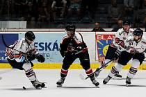 Hokejoví Orli (v černém) podlehli v úvodním přípravném duelu Vítkovicím 3:7.