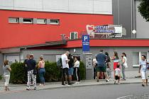 Zubní pohotovost u městského stadionu v Ostravě-Vítkovicích má více než stoprocentní nárůst pacientů a lidé s bolestmi dlouhé čekání venku těžce zvládají, někteří vyhledají ošetření i mimo kraj.