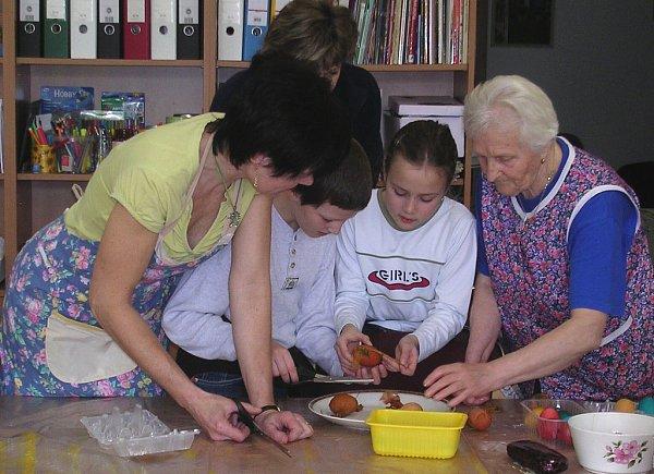 Zdobení velikonočních vajíček sdětmi ze ZŠ vdenním centru pro seniory Astra vHumpolci.