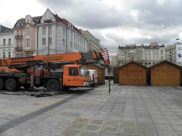 Vánoce se blíží. Na Masarykově náměstí v centru Ostravy začala o víkendu instalace stánků na vánoční trhy.