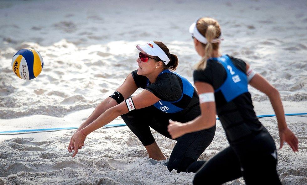 Turnaj Světového okruhu v plážovém volejbalu - zápasy play off, 23. června 2018 v Ostravě. Na snímku (zleva) Barbora Hermannová a Markéta Sluková.