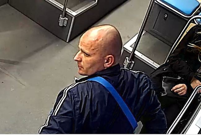 Zloděj v tramvaji.