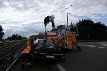 Vyprošťování auta z tramvajových kolejí v Ostravě.