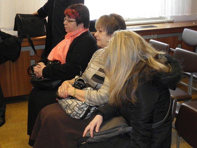 Na lavici obžalovaných usedly tři ženy, které působily ve společnosti Třezalka Candle, s r. o. Zleva Eva Kriháková, Hana Vlachynská a Monika Blahutová.