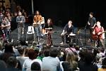 Nákupní a zábavní centrum Forum Nová Karolina připravilo na víkendovou neděli pro všechny návštěvníky netradiční podívanou. Novou píseň Srdcebeat tam před tisícovkami lidí představila kapela Kryštof, svým fanouškům se podepsala na autogramiádě.
