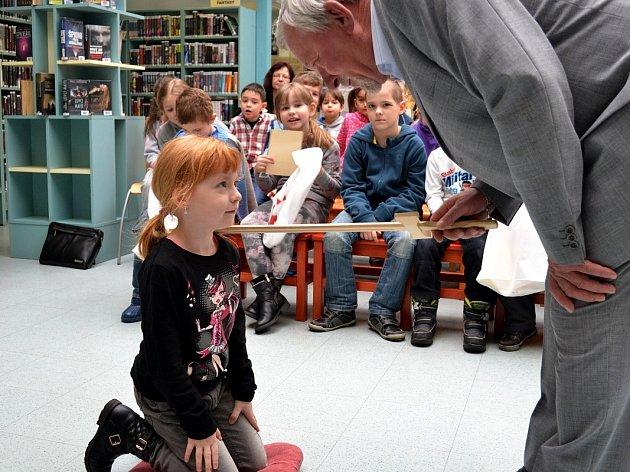 Pasování prvňáčků z ostravské Základní školy Generála Janka na čtenáře se konalo ve fifejdské knihovně. Pro děti bylo připraveno i krátké divadelní představení.
