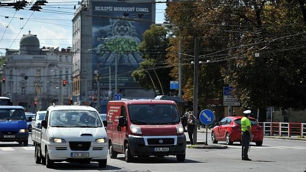 Frekventovanou křižovatku ulice Muglinovské, Sokolské třídy a ulice Mariánskohorské v Ostravě-Přívoze místo světelné signalizace nyní řídí policisté.