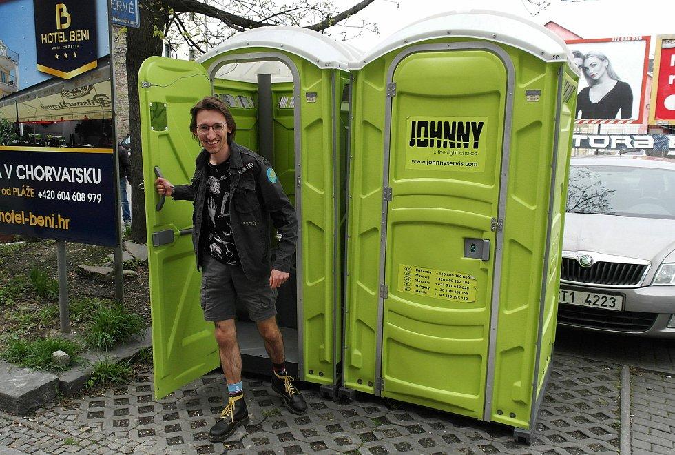 Pár mobilních toalet pro malou i velkou potřebu, nová atrakce na Stodolní ulici, populární zóně zábavní Ostravy, kde se to snaží žít koronavirus nekoronavirus. Květen 2021.