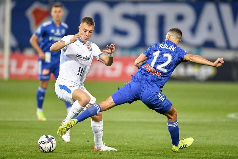 Utkání 8. kola první fotbalové ligy: SK Sigma Olomouc - FC Baník Ostrava 17. září 2021 v Olomouci. (zleva) Filip Kaloč z Ostravy a Jan Sedlák z Olomouce.