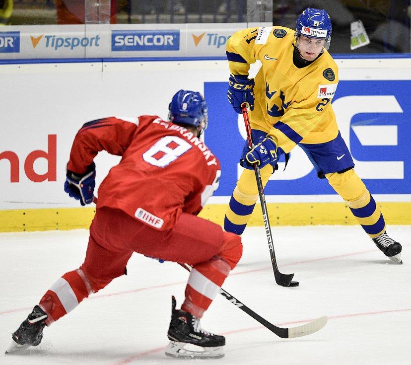 Mistrovství světa hokejistů do 20 let, čtvrtfinále: ČR - Švédsko, 2. ledna 2020 v Ostravě. Na snímku (zleva) Libor Zabransky a Nils Hoglander.