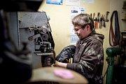 Pavlína Pisingerová se vyučila v oboru technologie výroby a opravy obuvi. Od roku 1996 pak opravuje obuv v centru Ostravy.