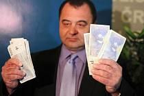 Policisté rozbili penězokazecký gang, který několik měsíců vyráběl a poté v Moravskoslezském, Olomouckém a Zlínském kraji udával falešné bankovky.