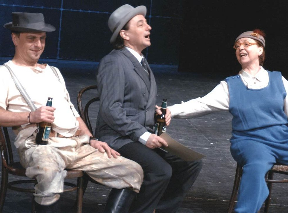 Zleva František Večeřa, Tomáš Jirman a Veronika Forejtová v inscenaci Bambini di Praga v Národním divadle moravskoslezském