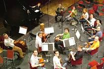 Z NATÁČENÍ NAHRÁVKY Haydnových klavírních koncertů. Nataša Veljkovič vzadu u klavíru