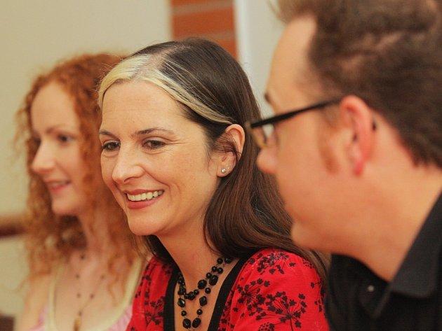 Jill Walsh (na snímku uprostřed) na tiskové konferenci v Ostravě.