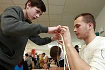 Studenti vyráběli most ze špejlí.