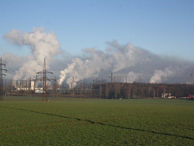 Kouřové panoráma při pohledu na ostravské ocelárny ArcelorMittal od Vratimova. Snímek je ze dne 6. ledna 2014.