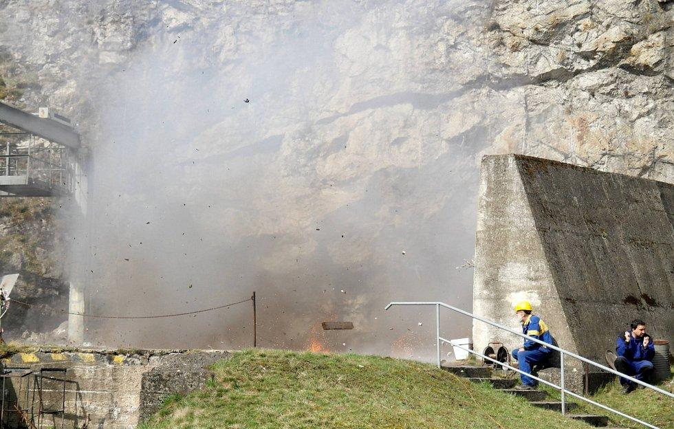 Výbuch devítiprocentní koncentrace plynu s chemickou značkou CH4 ve cvičné štole je působící i v bezpečné vzdálenosti několika desítek metrů ve volném prostoru. V uzavřeném prostředí důlních chodeb znamenají exploze metanu doslova ničivou hrůzu...